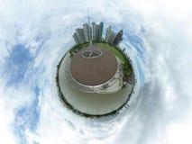 Sfärisk bild av en parkera och många höga byggnader Arkivfoton