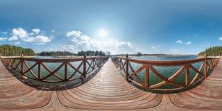 Sfärisk panorama för full sömlös hdri 360 grader vinkelsikt på den träfot- bron av den breda sjön i solig dag panorama 360 arkivbilder