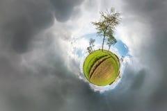Sfärisk panorama för liten planet 360 grader Sfärisk flyg- sikt i fält i trevlig dag med enorma moln Kr?kning av avst?nd stock illustrationer
