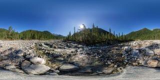Sfärisk vrpanorama 360 flod för 180 berg som flödar i fören royaltyfri fotografi