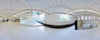 Sfäriska 360 grader panoramaprojektion, panorama i inre tomt korridorrum i ljusa färger med trappa och metallstructur Royaltyfri Fotografi