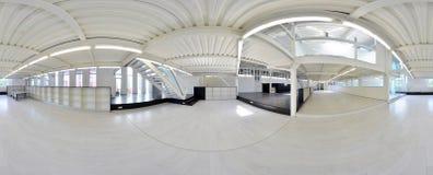 Sfäriska 360 grader panoramaprojektion, panorama i inre tomt korridorrum i ljusa färger med trappa och metallstructur Fotografering för Bildbyråer