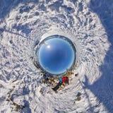 360 sfäriska panoramapar i snöig berg Arkivbilder