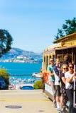 SF垂悬外部平台的缆车乘客 免版税库存图片