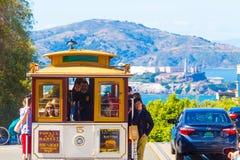 SF缆车上面俯视Alcatraz的海德街 免版税库存照片