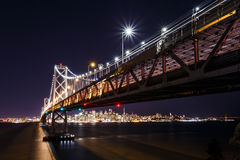SF γέφυρα κόλπων τη νύχτα Στοκ Φωτογραφία