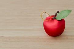 Sfałszowana czerwona wiśnia na drewnie obrazy royalty free