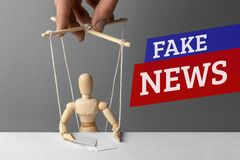 Sfałszowana wiadomość E Fałszywa informacja oszukiwać ludzi obraz stock