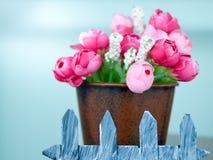 Sfałszowane plastikowe malutkie różowe i czerwone róże obraz stock