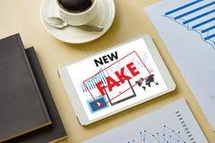 Sfałszowanego wiadomości pojęcia mężczyzna środków przekazu czytelnicza technologia na smartphon zdjęcia royalty free