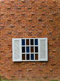 Sfałszowany Biały okno na ściana z cegieł obrazy stock