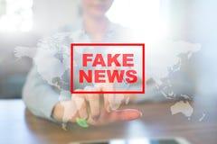 Sfałszowany wiadomości ostrzeżenie na wirtualnym ekranie zdjęcie stock