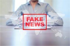 Sfałszowany wiadomości ostrzeżenie na wirtualnym ekranie zdjęcia royalty free