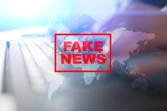 Sfałszowany wiadomości ostrzeżenie na wirtualnym ekranie obraz royalty free