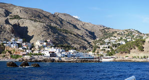 Sfakion港口与小船的 都市风景 C的利比亚海边 免版税图库摄影