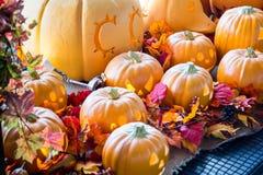 Sfałszowana pomarańczowa straszna Halloween bania Fotografia Stock