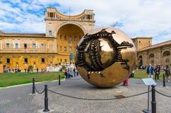 Sfera all'interno della sfera in cortile del Pinecone ai musei del Vaticano Belle vecchie finestre a Roma (Italia) Immagine Stock Libera da Diritti