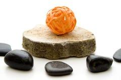 Sfera arancio della paglia sulla pietra Immagini Stock Libere da Diritti