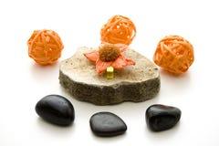 Sfera arancio della paglia sulla pietra Immagini Stock