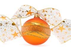 Sfera arancione di natale con il nastro decorativo Fotografie Stock Libere da Diritti