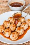 Sfera arrostita del porco, versante con la salsa piccante dolce Fotografia Stock