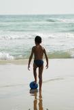 Sfera Beach1 del ragazzo fotografia stock libera da diritti