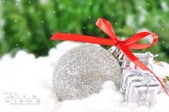Sfera d'argento con i regali del nuovo anno Fotografie Stock Libere da Diritti