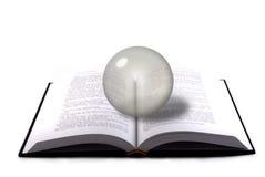 Sfera del cristallo e del libro Immagini Stock Libere da Diritti