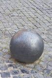 Sfera del ferro su cobblestone Immagini Stock Libere da Diritti