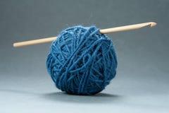 Sfera del filato con l'amo di Crochet fotografia stock