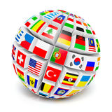 sfera del globo 3d con le bandiere del mondo su bianco Fotografia Stock Libera da Diritti