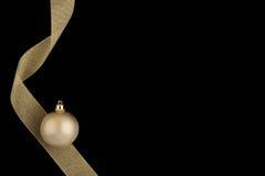 Sfera dell'oro della decorazione di natale con il nastro dell'oro Immagine Stock Libera da Diritti