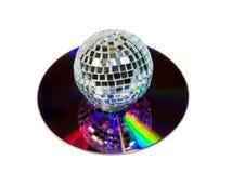 Sfera della discoteca con il CD di musica isolato sopra bianco fotografia stock libera da diritti