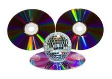 Sfera della discoteca con il CD di musica isolato su bianco Immagini Stock