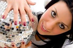 Sfera dello specchio della discoteca della holding della donna Fotografia Stock