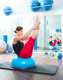 Sfera di Bosu per la donna dell'istruttore di forma fisica nel aerobics Fotografie Stock Libere da Diritti