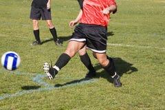 Sfera di calcio di KickingThe Fotografie Stock