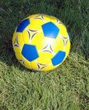 Sfera di calcio gialla e blu Fotografia Stock