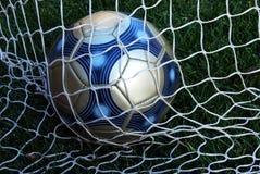 Sfera di calcio nella rete Immagini Stock