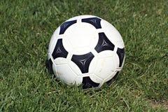 Sfera di calcio su erba Immagini Stock Libere da Diritti