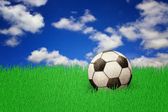 Sfera di calcio su erba con il cielo Fotografia Stock
