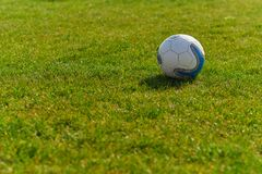 Sfera di calcio sul campo verde fotografia stock libera da diritti