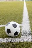Sfera di calcio sul campo verde Fotografia Stock