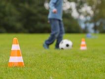 Sfera di calcio sul campo verde Immagine Stock Libera da Diritti