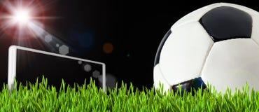 Sfera di calcio sul campo verde del gioco Immagini Stock Libere da Diritti