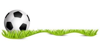 Sfera di calcio sul campo verde Calcio 2018 - freigestellt del mit Schleifenband del auf Rasen di Fussball Fotografia Stock