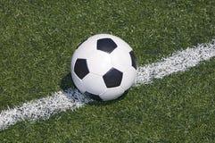 Sfera di calcio sulla riga Fotografie Stock Libere da Diritti