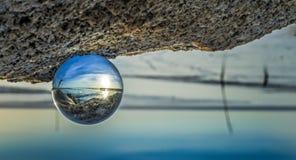 Sfera di cristallo alla spiaggia Immagini Stock Libere da Diritti