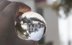 Sfera di cristallo che riflette grande faro trasversale storico, Trav Fotografia Stock Libera da Diritti