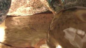 Sfera di cristallo di rotolamento nell'acqua archivi video